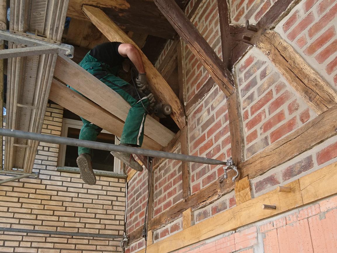 Torsten beim Abschleifen des Fachwerks und der Dachbalken