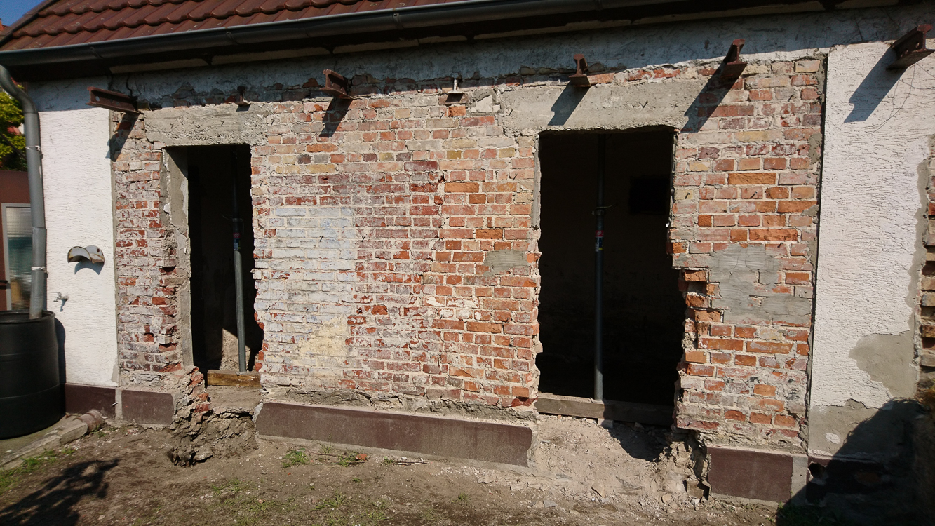 Glasbausteine entfernt, Fensteröffnungen vergrößert und Freilegung Fundamente