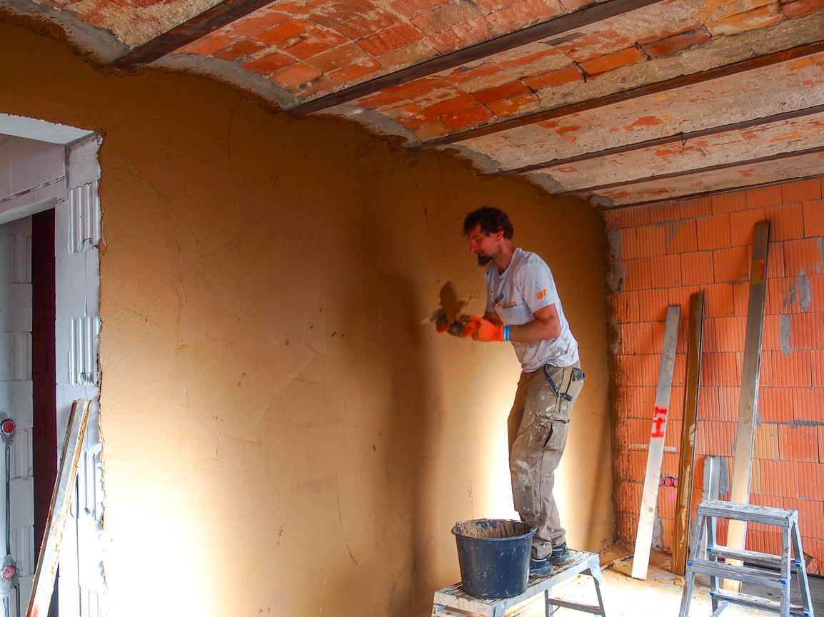 die errste Wand erhält Lehm-Unterputz