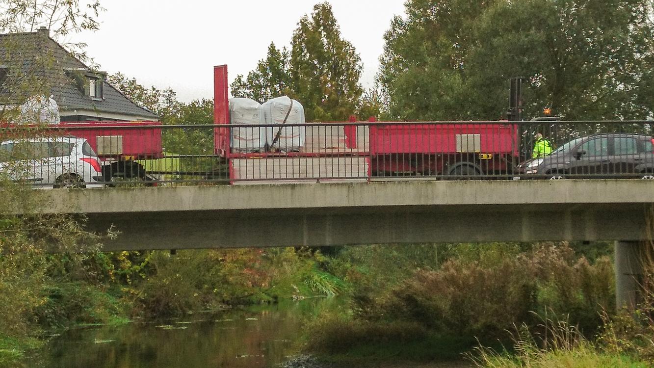 Wenn im alten Ortskern Material angeliefert wird, steht der LKW schon mal auf der Almebrücke.