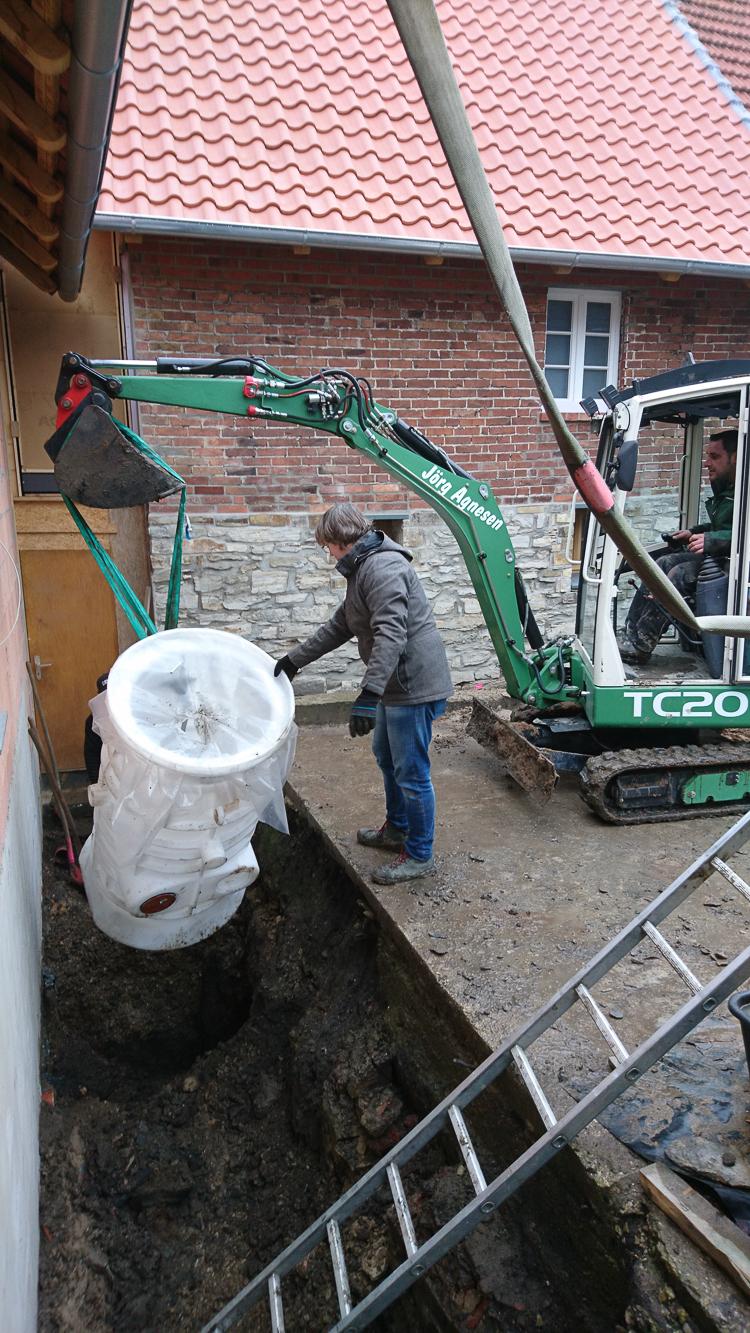Und eine Hebeanlage für das Schmutzwasser gesetzt.