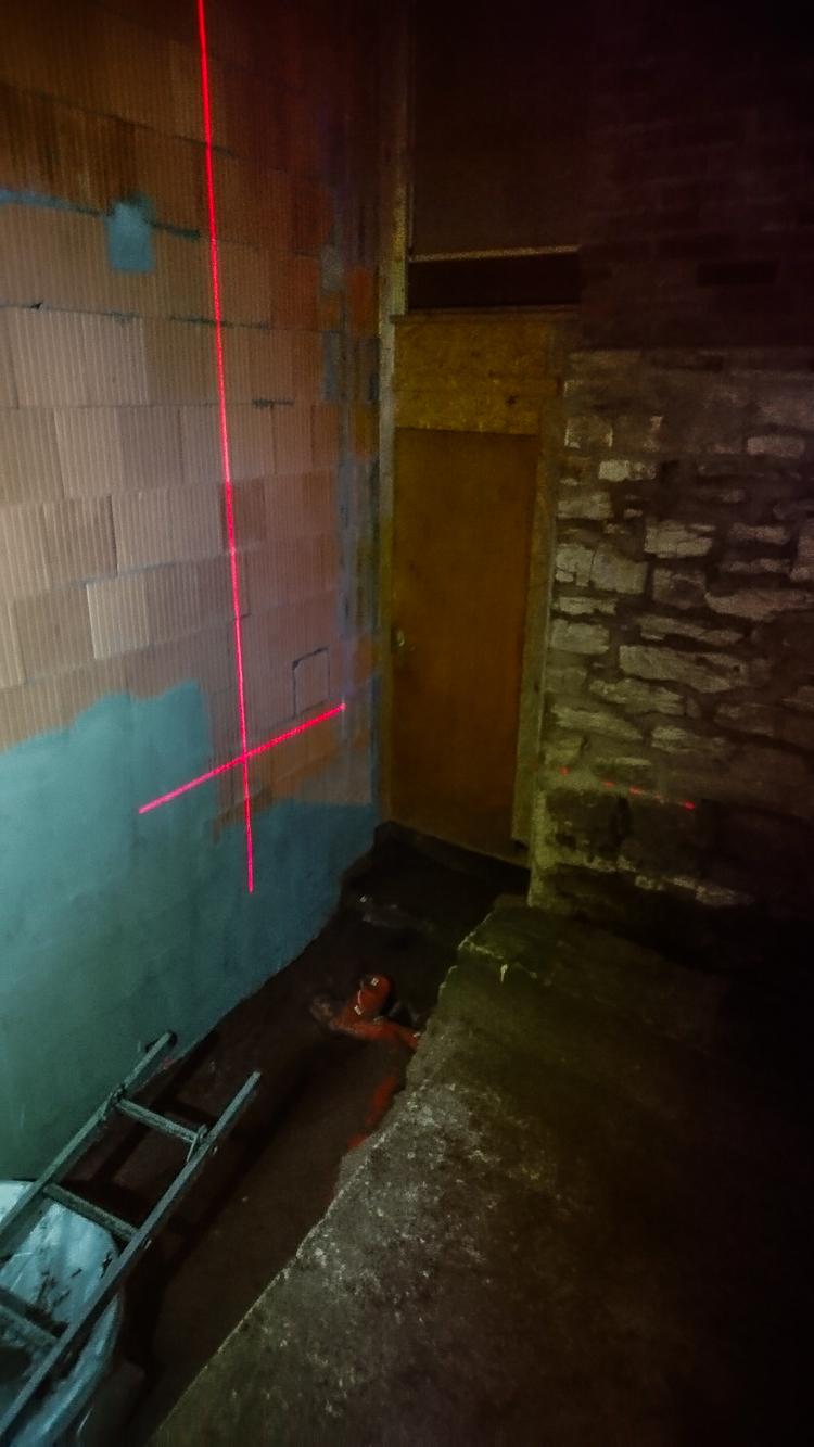 Die waagerechte Laserlinie zeigt das Oberflächenniveau vor unserem Haus.